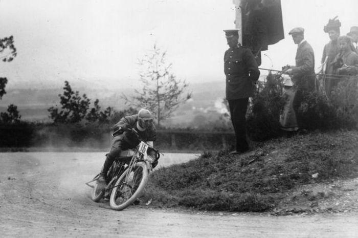 Balapan MotoGP zaman dulu di Snaefell Mountain Course atau yang dikenal TT Island