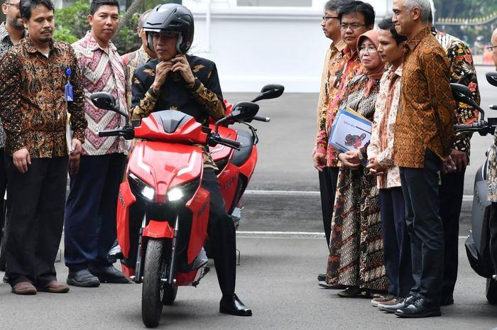 Presiden Jokowi mencoba motor listrik GESITS