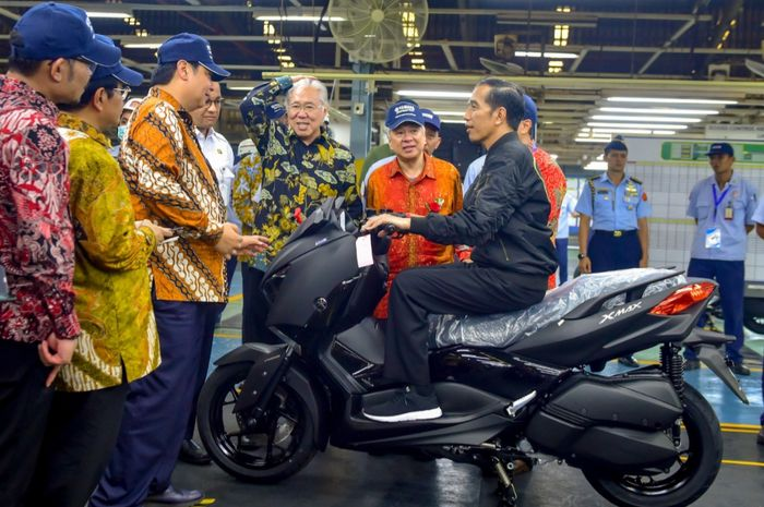 Presiden Jokowi menunggani XMAX saat mengunjungi pabrik Yamaha di kawasan Pulo Gadung, Jakarta Timur