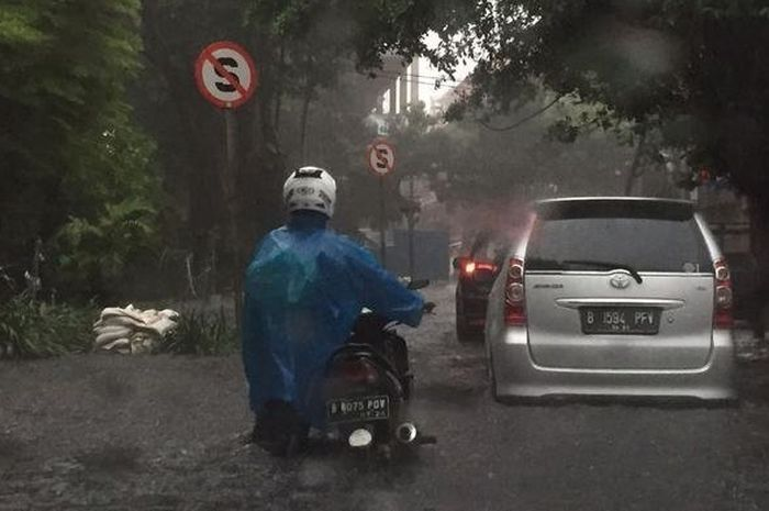 Ilustrasi pemotor terobos banjir.