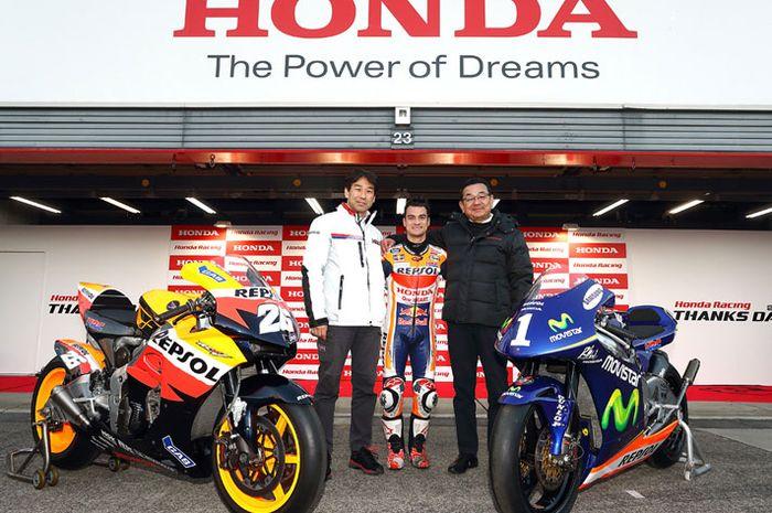 Dani Pedrosa diapit oleh direktur HRC dan bos besar Honda, Takahiro Hachigo (kanan)