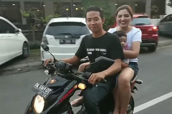Ashanty naik motor dengan puteranya tanpa pakai helm
