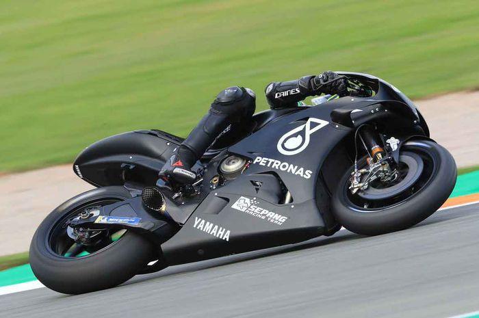Motor tim Yamaha satelit berkelir hitam, siapakah pembalap di foto ini?