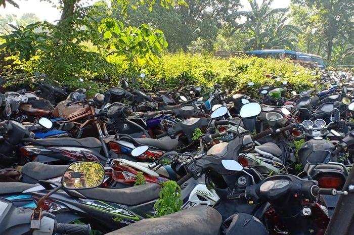 Motor hasil tilang yang berada di Teluk Pucung, Bekasi. Begini Cara Mengurus Motor Hasil Curian yang Terlantar