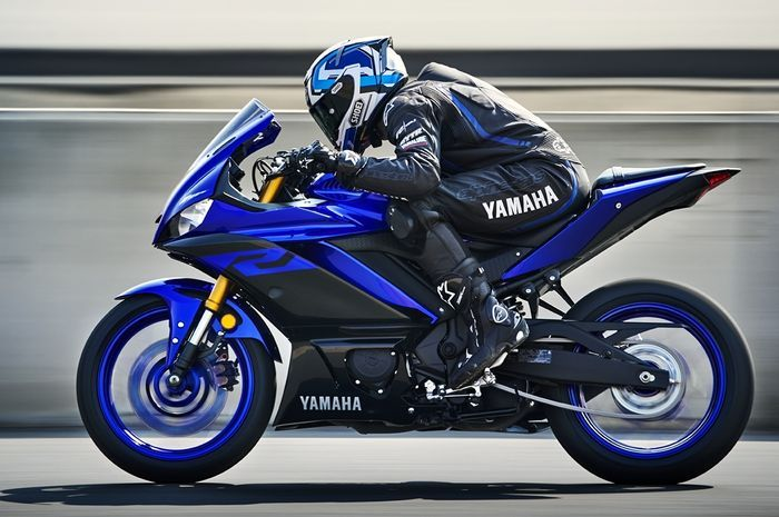 Yamaha R25 terbaru.