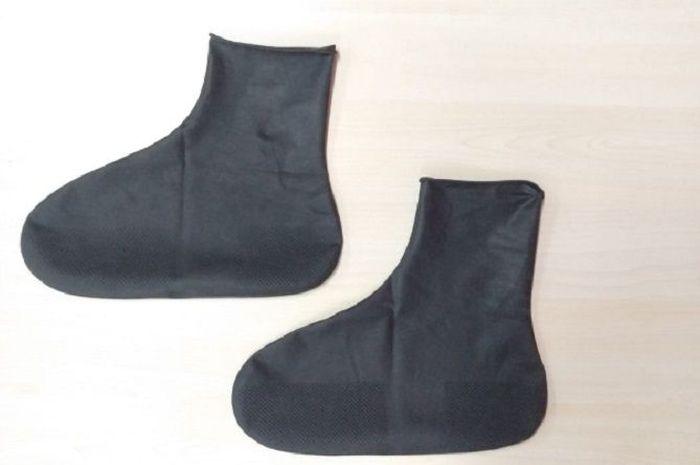 Sarung sepatu berbahan karet, naik motor saat hujan makin aman.