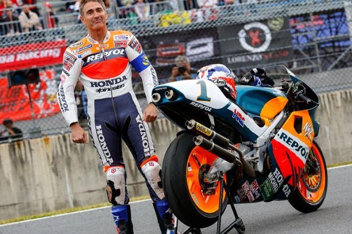 Salah satu legenda MotoGP, Mick Doohan berjaya pakai Honda NSR 500 alias motor MotoGP 2-tak tempo dulu.
