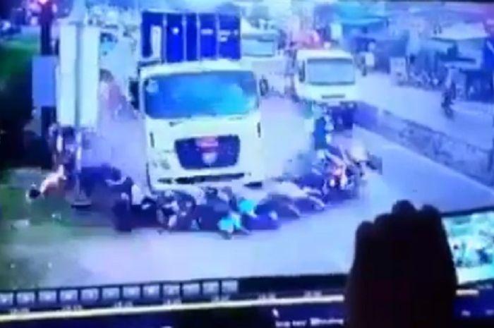 Truk kontainer hantam puluhan pemotor di Vietnam, 4 orang tewas.