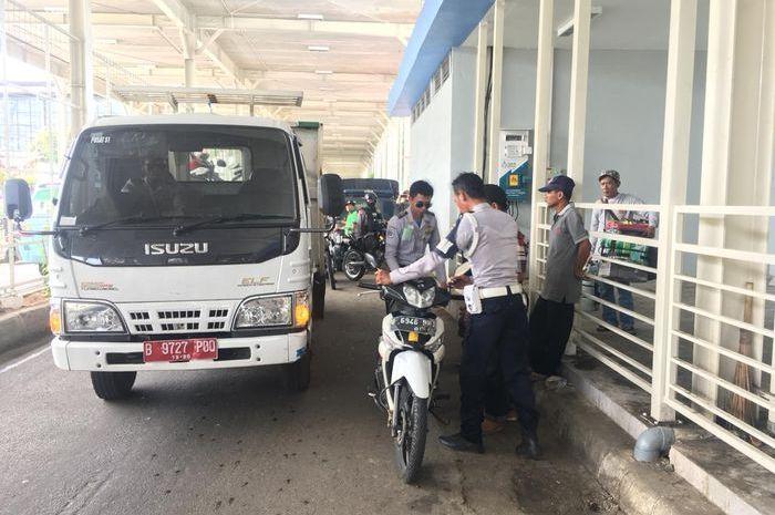 Suku Dinas Perhubungan (Dishub) Jakarta Pusat menertibkan parkir liar di jalan Jati Baru, Tanah Abang.