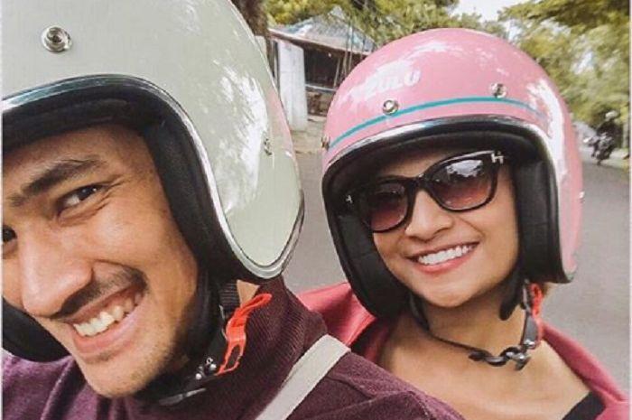 Vanessa Angel saat dibonceng motor, jangan lupa pakai helm.