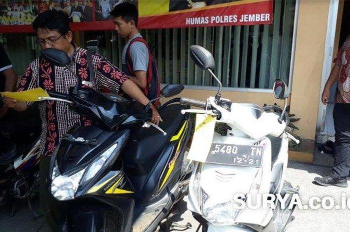 Barang bukti unit sepeda motor hasil penipuan yang diduga dilakukan Mundi Sasmito (40) warga Gubeng, Kota Surabaya