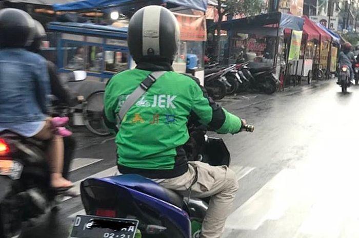 Driver Ojek Online mengendarai Yamaha Aerox 125 LC