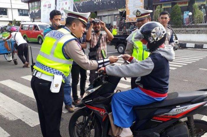 Kasat Lantas Polres Purwakarta AKP Ricky Adi Pratama saat Millenial Road Safety Festival di Jalan Jenderal Sudirman, Pasar Jumaah, Purwakarta, Rabu (16/1/2019).