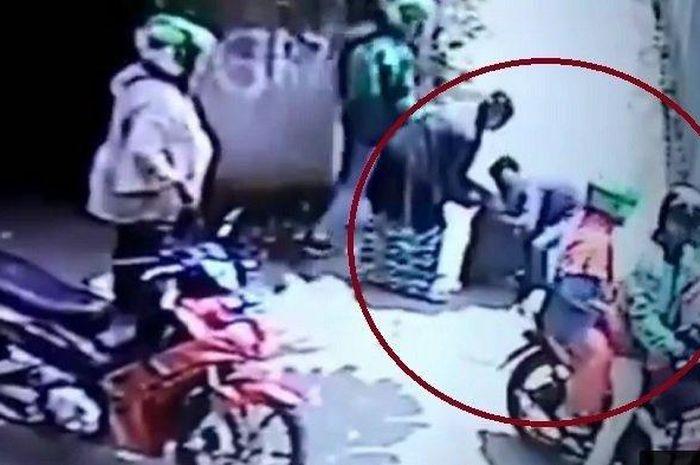 ideo viral driver ojol dan penumpang tinggalkan nenek korban tabrakan. (Facebook Info Depok)