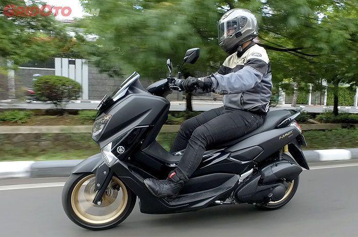 Ilustrasi pengendara Yamaha NMAX.