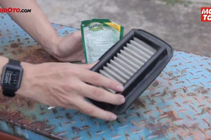 Cuci filter udara sekat kawat