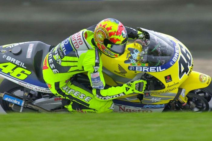 Valentino Rossi di atas NSR500 di GP500 musim 2000