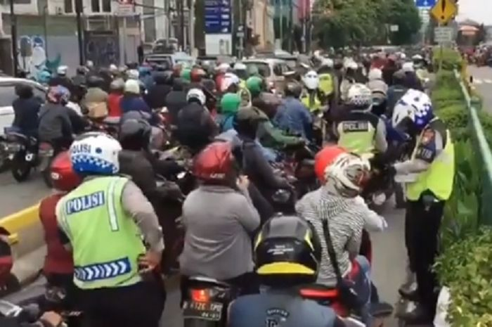 Masih banyak pemotor yang belum sadar keselamatan dan banyak yang melanggar dengan masuk jalur TransJakarta.