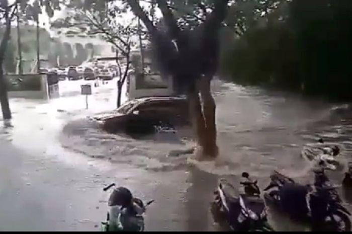 Banjir melanda beberapa wilayah di Surabaya, Jatim.