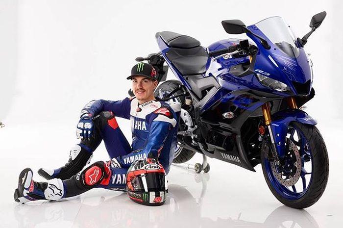 Maverick Vinales bersama motor Yamaha R25