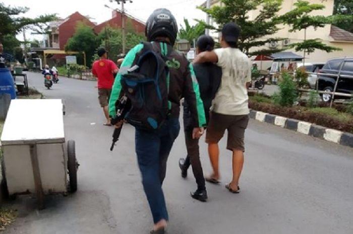 Polisi melakukan penyamaran untuk menangkap pelaku di Depok, Jawa Barat.