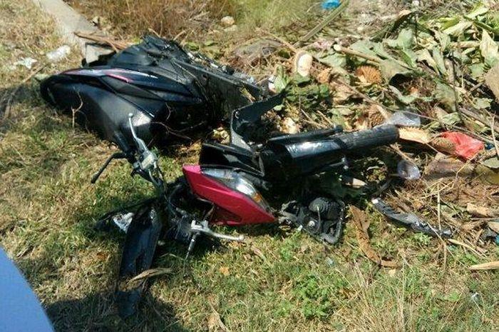 Sepeda motor milik M Fadhil terlihat rusak berat akibat ditabrak mobil Avanza Veloz di Jalan Medan-Banda Aceh, tepatnya di Gampong Blang Bitra, Kecamatan Peureulak, Aceh Timur, Minggu (3/1/2019)