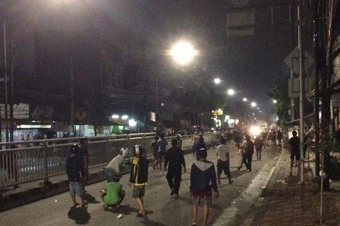 Tawuran warga kembali pecah di daerah Pasar Rumput, Jaksel.