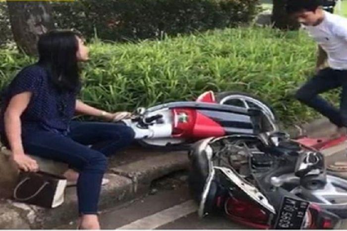 Perempuan yang motornya dihancurkan kekasihnya karena enggak terima ditilang.