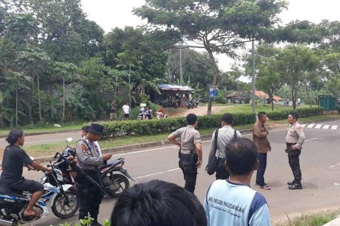 Polisi blokir jalan di Pagedangan Tangsel usai terjadi pemukulan terhadap warga oleh bikers.