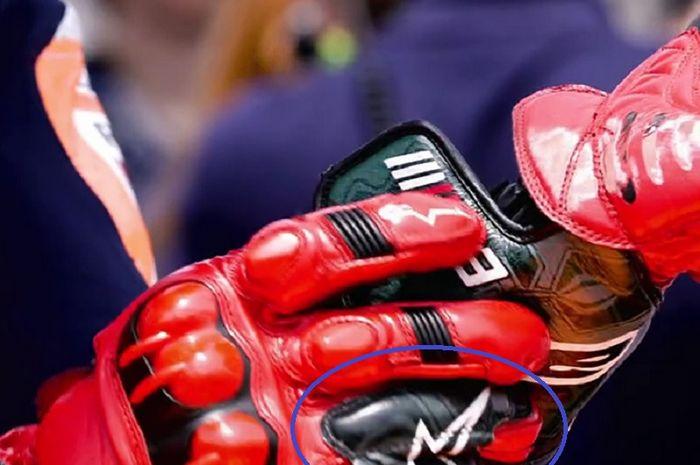 (lingkaran biru) sarung tangan balap Marc Marquez