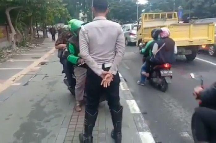Petugas Dishub menghalangi pengojek online yang melintas di trotoar di daerah Jakpus.