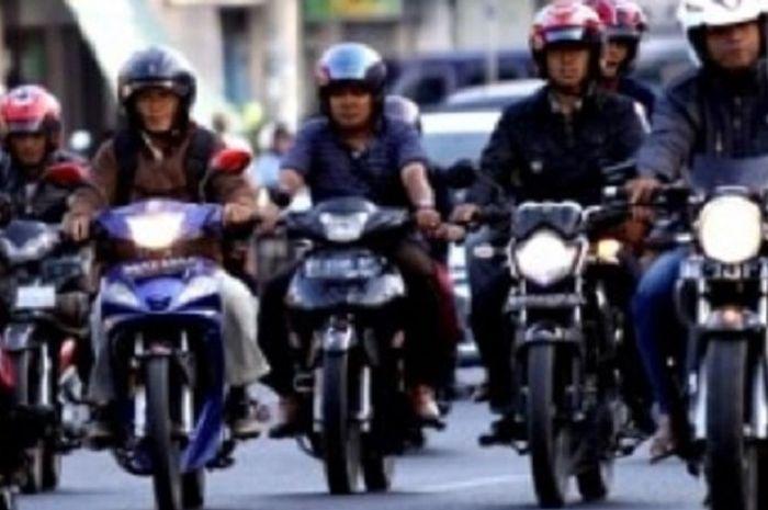 Naik motor siang atau malam hari, lampu depan wajib menyala.