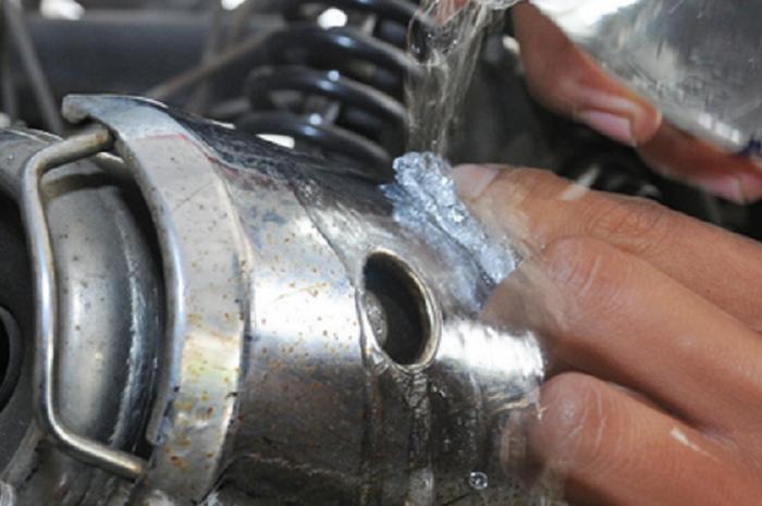 Air soda bisa cegah karat pada komponen motor.