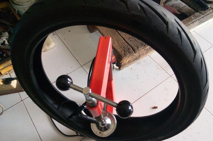 Nih, Tambal Ban Tubeless motor pakai model baru.