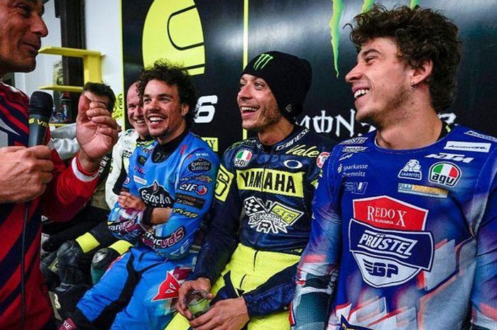 Marco Bezzechi (paling kanan) beserta gurunya Valentino Rossi (kedua dari kanan)