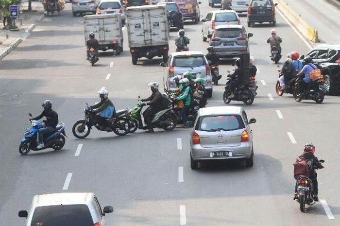 Ilustrasi pemotor ramai-ramai lawan arus.