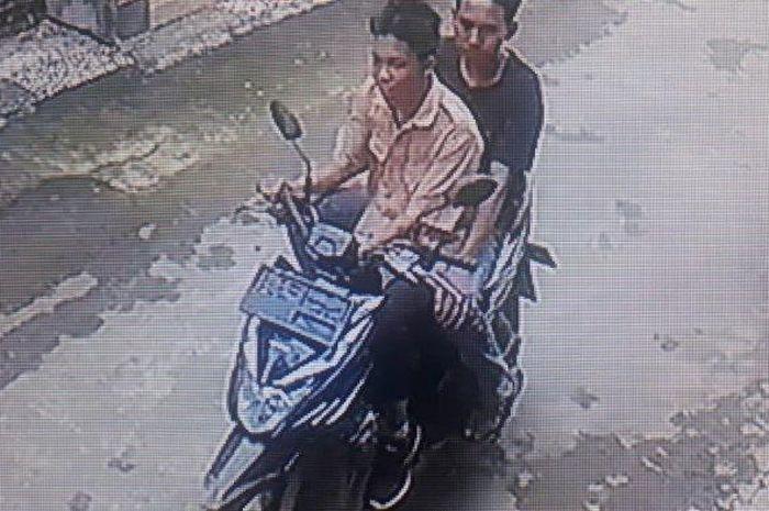 Aksi dua pelaku curanmor di perumnas way halim terekam CCTV