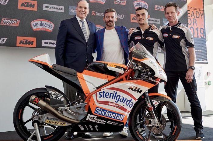 Max Biaggi (kedua dari kiri) jadi komandan tim Max Racing di Moto3 dengan Aaron Canet (ketiga dari kiri)