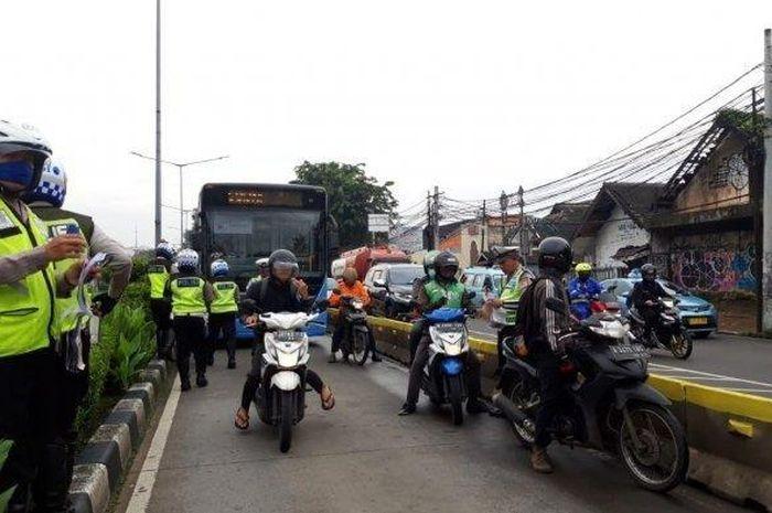 Sejumlah pengendara yang menerobos masuk ke jalur busway di Jalan Otista Raya, Jatinegara, Jakarta Timur, dikenakan sanksi tilang oleh petugas kepolisian, Rabu (30/1/2019).