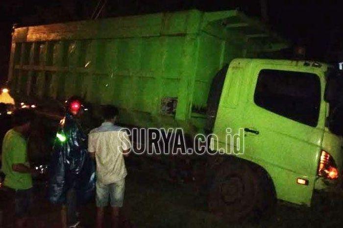 Pemotor tewas setelah bertabrakan dengan truk tanah