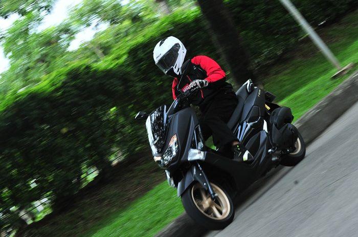 Ilustasi pengendara motor Yamaha NMAX.