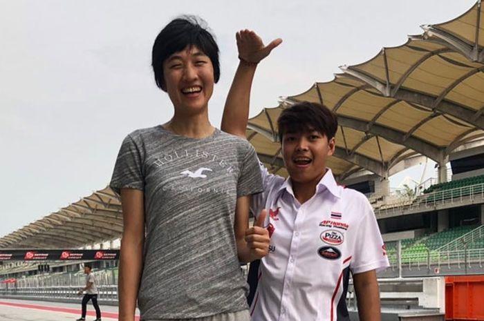 Dua pembalap wanita Liu Junmei (kiri) dan Muklada Sarapuech (kanan) turun di kelas AP250 ARRC 2019