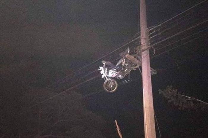 Motor nyangkut di kabel listrik