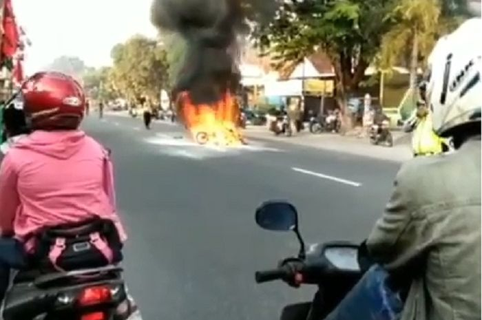Kecelakaan antara motor dan mobil di Bantul, motor langsung hangus terbakar.