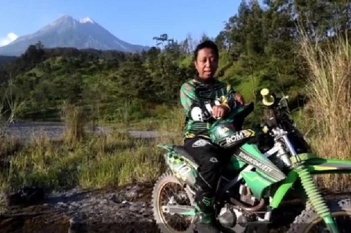 M. Romahurmuzy diketahui juga senang naik motor trail