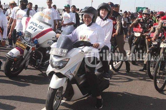 Khofifah bonceng Arumi naik Yamaha NMAX