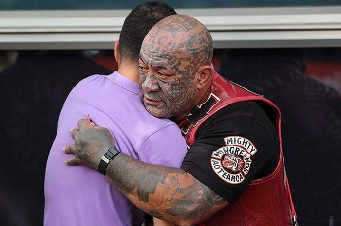 Komunitas motor yang paling ditakuti di Selandia Baru menghibur korban penembakan Masjid.