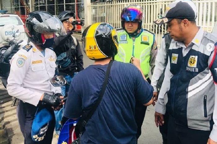 Petugas Dishub dan polisi amankan motor yang parkir sembarangan di Tanah Abang, Jakpus.