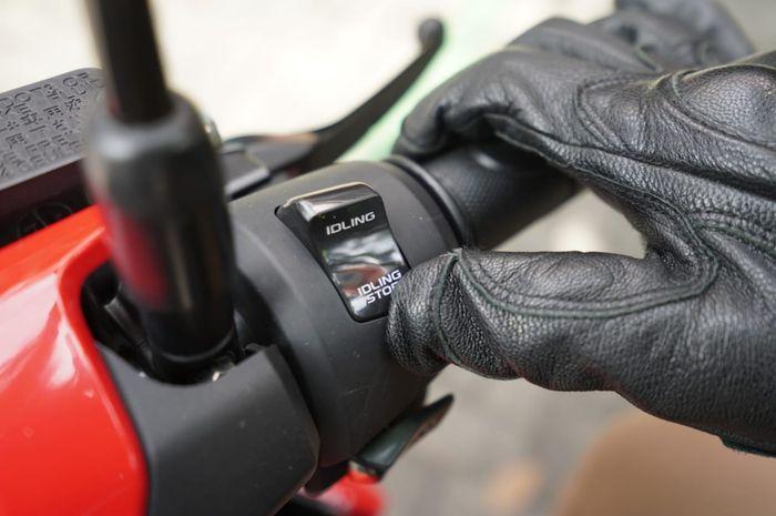 Aktivasi fitur Idling Stop System, via tombol di kanan setang Honda Vario 125