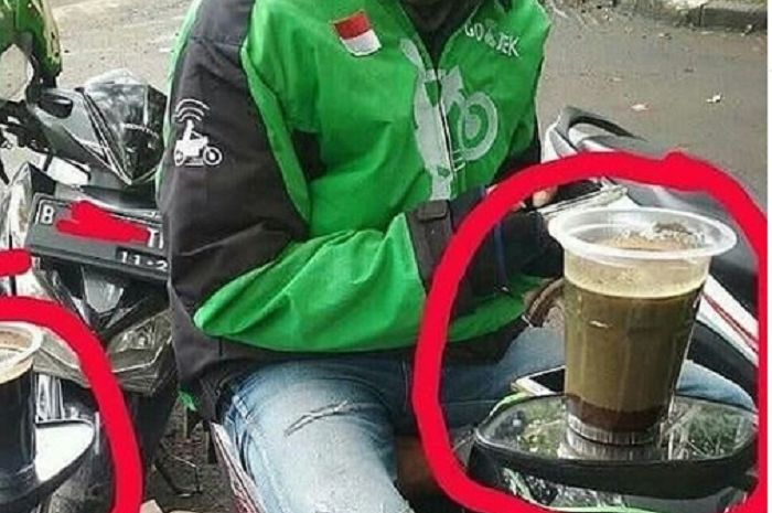 Kaca spion dipakai buat meletakan kopi oleh driver ojol.
